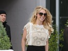 Recém-solteira, Britney Spears vai para a igreja de minissaia