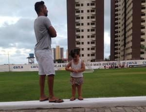Heloisa - filha de Rafinha - atacante do ABC (Foto: Carlos Arthur da Cruz/GloboEsporte.com)