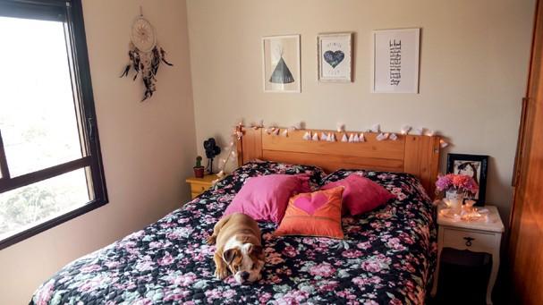 Porpeta, a buldogue, no quarto do casal (Foto: Victor Affaro)