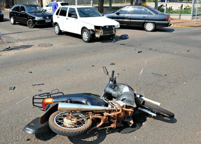 Condutor afirma que motociclista não respeitou sinalização.  (Foto: Yarima Mecchi / G1 MS)