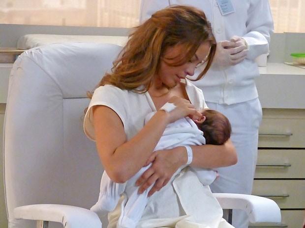 Paloma amamenta a filha, por obra do destino (Foto: Amor à Vida/TV Globo)