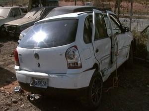 Jovem foi arremeçada para fora do carro e morreu em Divinópolis (Foto: Reprodução/TV Integração)