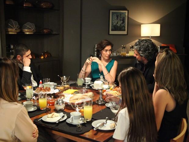 A aristocrata diz que só topa o desafio se o marido convidar Maria Isis para a ocasião (Foto: Carol Caminha/TV Globo)