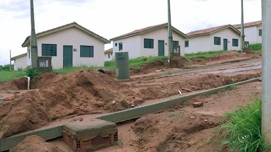 Sem emprego, açougueiro e família ocupam casa popular inacabada