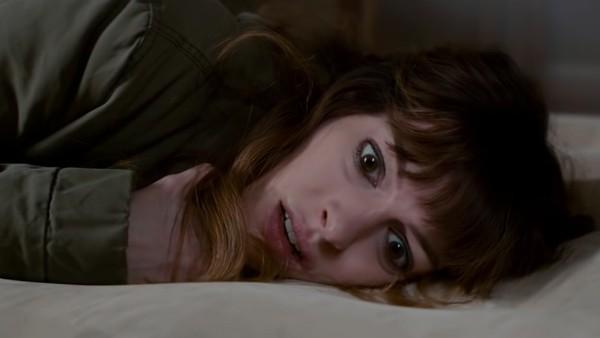 A atriz Anne Hathaway no trailer de 'Colossal' (Foto: Reprodução)