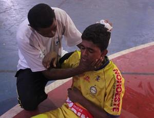 Ericsson sendo atendido após bater a cabeça - Piauiense de Futsal (Foto: Wenner Tito)