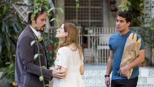 Evandro encontra Mônica conversando com Júlio
