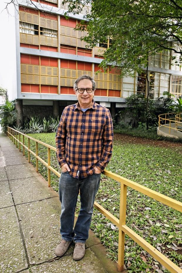Artur Lescher e o edifício Louveira (Foto: Mariana Pekin / Editora Globo)