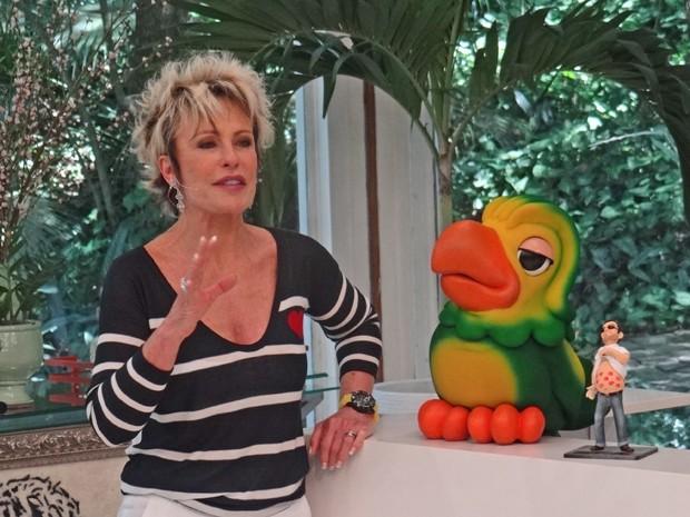 Ana Maria mostra o troféu barriguinha do Mais Você (Foto: Mais Você / TV Globo)