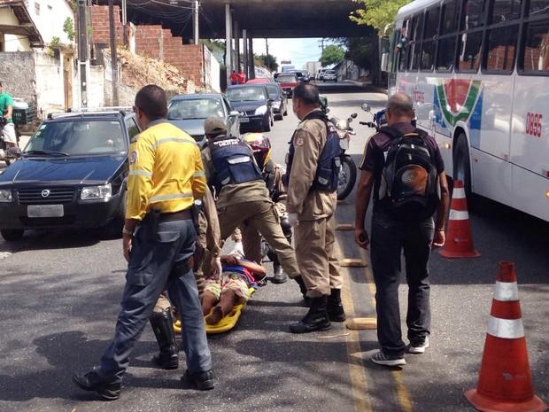 Vítima foi atendida pelo Corpo de Bombeiros e encaminhado para hospital (Foto: Walter Paparazzo/G1)