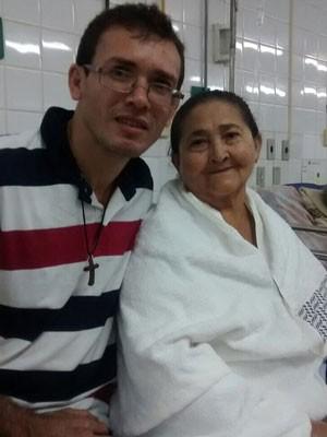 Padre Dijailson Canuto e sua mãe, Josefa, que foi tida como morta por hospital (Foto: Dijailson Canuto / Acervo pessoal)
