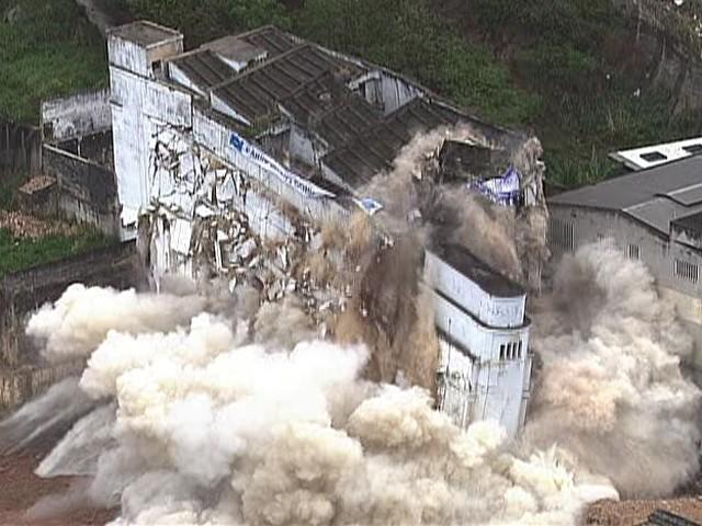 Prédio da Zona Norte do Rio foi demolido às 7h deste sábado (10). (Foto: Reprodução / TV Globo)
