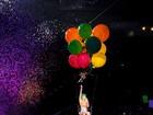 Katy Perry sobrevoa público de show suspensa por balões