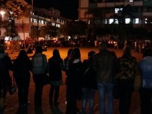 Alunos da UMC fizeram oração antes do retorno às aulas (Foto: Maiara Barbosa/G1)