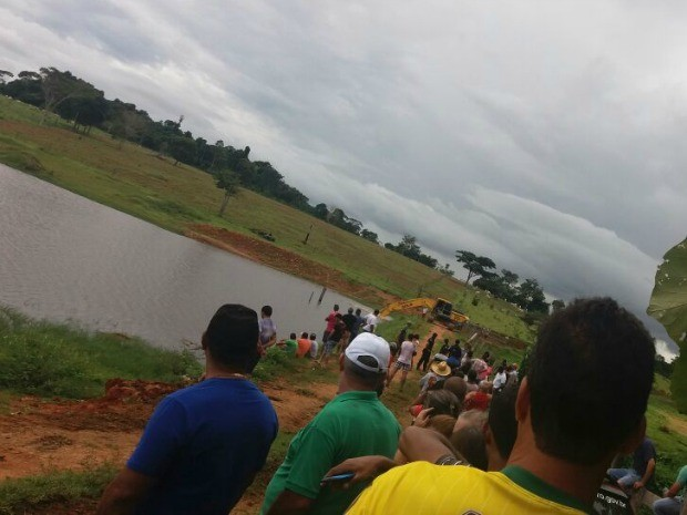 Represa está sendo esvaziada para ajudar equipe de resgate (Foto: 190 Online/ Reprodução)