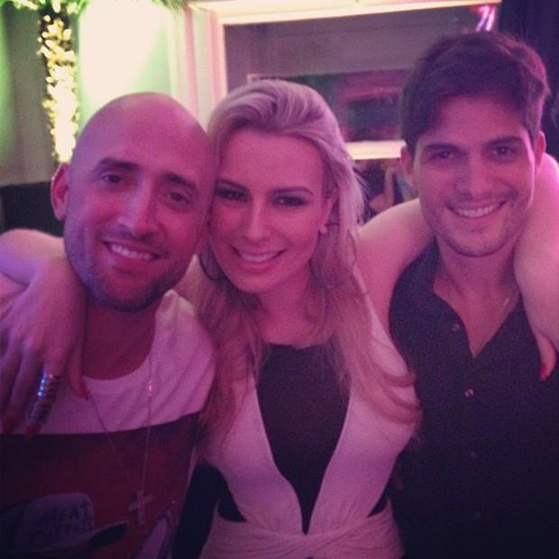 Ex-BBB Fernanda Keulla e André Martinelli com Paulo Gustavo em festa no Rio (Foto: Instagram/ Reprodução)