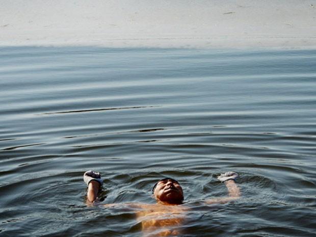 Nadar no inverno é popular especialmente entre idosos e aposentados no país. Eles acreditam que a prática traz benefícios à circulação e à saúde, além de melhorar a atenção, desestressar, remover dores e até trazer benefícios para rejuvenescimento da pele e promover o sentimento de bem-estar (Foto: Mark Ralston/AFP)