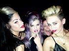 De barriga de fora, Miley Cyrus curte noite com Kelly Osbourne