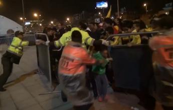 Multidão se despede da seleção da Colômbia. Menino quase se fere