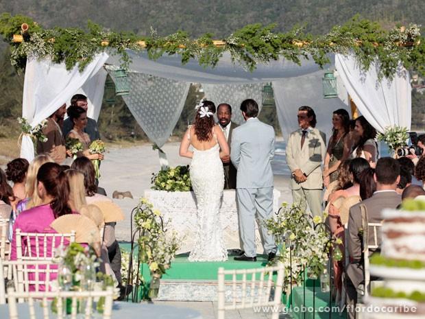 Juliano e Natália se casaram na praia (Foto: Flor do Caribe / TV Globo)