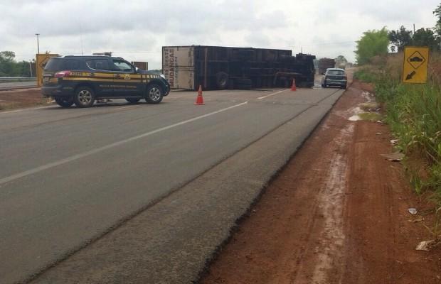 Caminhão tomba e interdita pista da BR-060 em Cezarina, GO