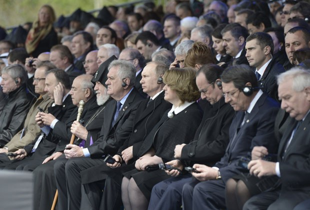 Líderes mundiais, entre eles o presidente russo, Vladimir Putin, e o presidente francês, François Hollande, participam de homenagem às vítimas do genocídio armênio nesta sexta-feira (24) em Yerevan (Foto: Alexei Nikolsky/RIA Novosti/Kremlin/Reuters)