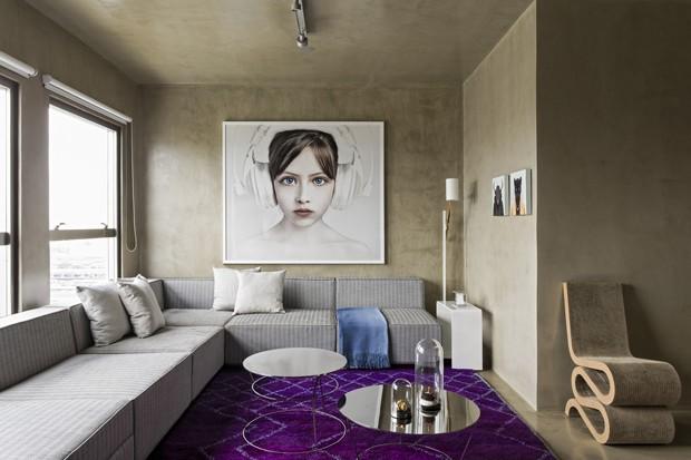 Aqui o apartamento pequeno prova que o sofá pode ser sim enorme a acompanhar a extensão das principais paredes da área de estar (Foto: Divulgação)