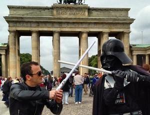 Em Berlim, Hypolito aproveita tempo livre para 'duelo' com Darth Vader