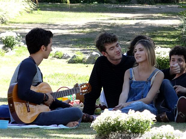 Malandra essa gata, hein? Sofia dá mole para Sidney na frente de Ben (Foto: Malhação / TV Globo)