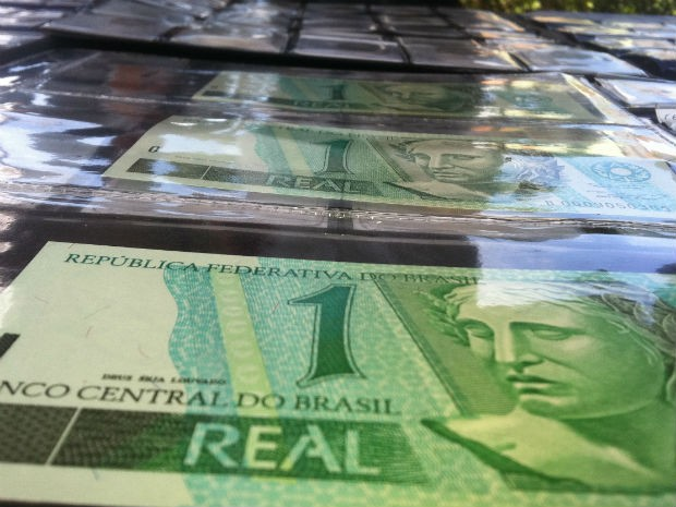 As notas devem ser guardadas em albuns para não perder valor entre colecionadores (Foto: Bibiana Dionísio/ G1 PR)