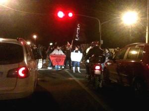 Em Viamão, grupo trancou entrada da cidade (Foto: Dayanne Rodrigues/ RBS TV)