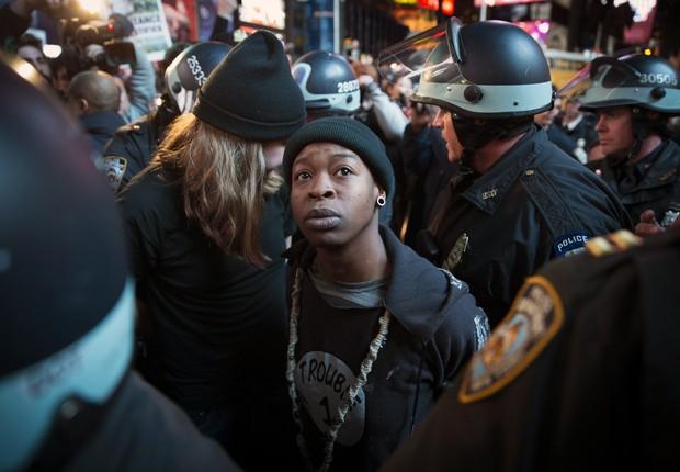 Manifestante é detido, em Ferguson, durante protesto contra as ações policias que ocasionaram mortes de jovens negros (Foto: John Minchillo/AP)