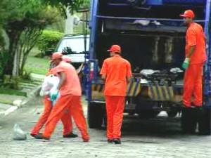 Coletores de lixo em Taubaté. (Foto: Reprodução/TV Vanguarda)