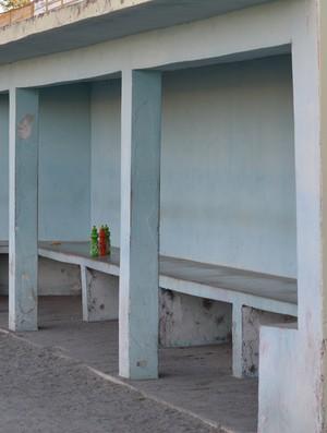 Banco do Ecus: sem técnico e jogadores reservas (Foto: Vitor Geron)