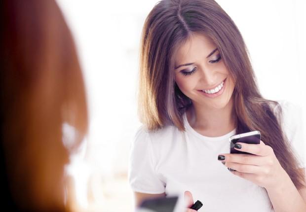 celular, feliz, aplicativo, smartphone, telefonia, mulher (Foto: Thinkstock)