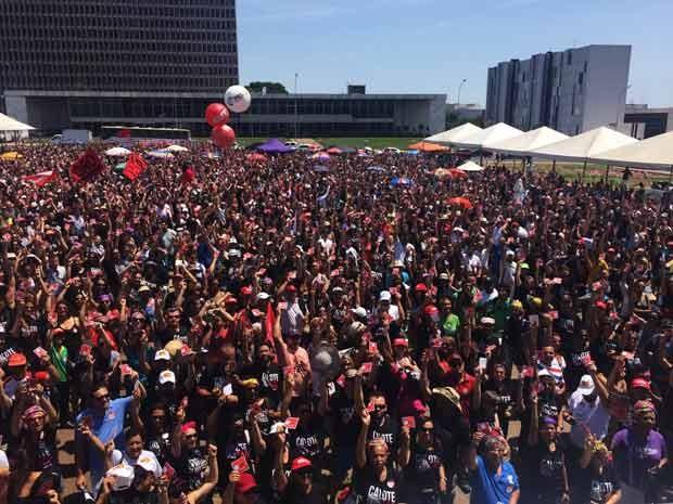 Professores da rede pública do DF durante assembleia nesta segunda-feira em que decidiram manter a greve iniciada no dia 15 de outubro (Foto: Jéssica Nacimento/G1)