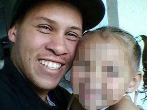 Evandro Ferreira, de 32 anos, ao lado de uma das filhas  (Foto: Arquivo Pessoal)