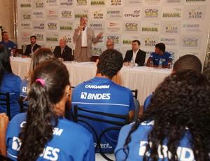 Aldo Rebelo entrega bolsa pódio canoagem  (Foto: Divulgação)