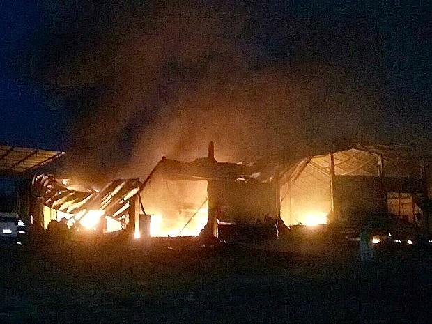 Incêndio destruiu galpão em minutos, segundo Corpo de Bombeiros (Foto: Divulgação/Corpo de Bombeiros)