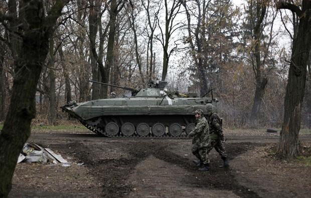 Militares ucranianos são vistos na vila de Peski, na região de Donetsk, nesta quarta-feira (19) (Foto: Anatolii Stepanov/AFP)