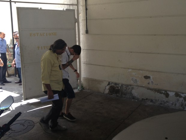 Fábio Raposo deixa a 17º DP (São Cristóvão) após prestar depoimento (Foto: Renata Soares/G1)