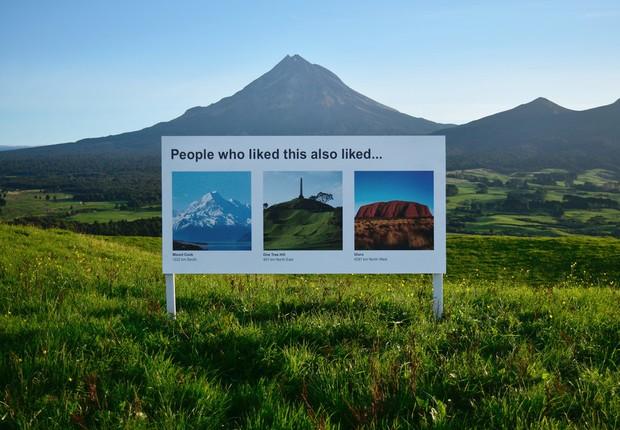 Placa colocada no Monte Taranaki na Nova Zelândia (Foto: Divulgação Scott and Ben)
