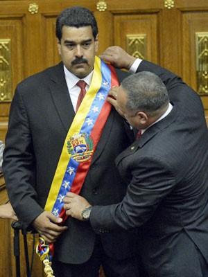 Nicolás Maduro recebe a faixa de presidente (Foto: Juan Barreto/AFP)