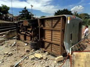 Micro-ônibus perde freio e derruba muro de quadra em Mogi Mirim (Foto: Alexandre Salzani/Corpo de Bombeiros )