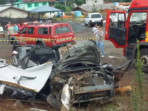 Carro ficou destruído (Foto: Corpo de Bombeiros de Videira/Divulgação)