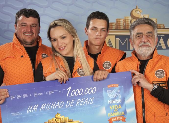 Família do Rio Grande do Sul leva para casa o cheque de R$ 1 milhão (Foto: Divulgação)