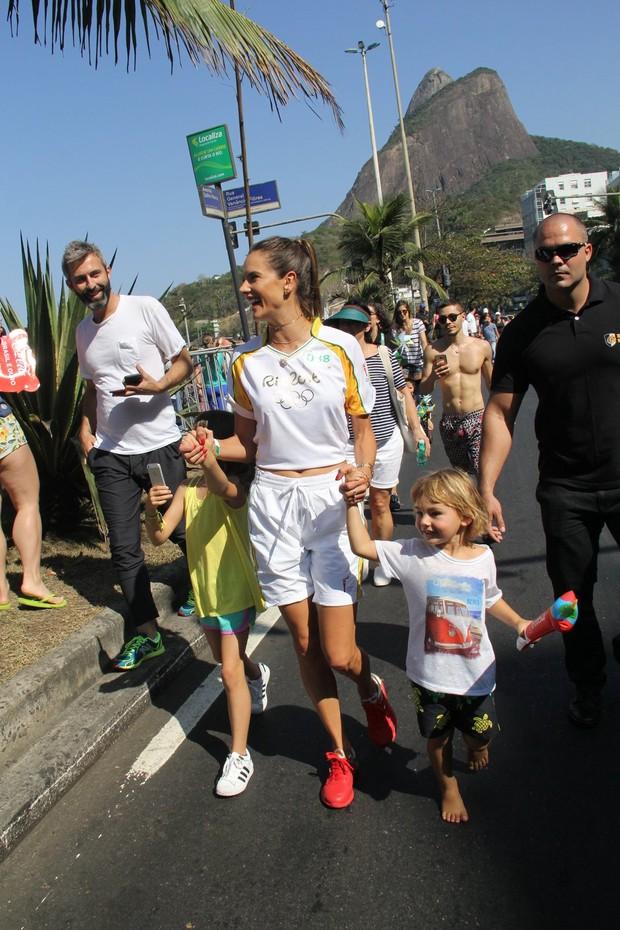 Alessandra Ambrósio com o s filhos (Foto: Wallace Barbosa e J Humberto/ Ag. News)