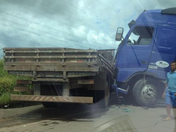 Dois caminhões colidiram em BR, na tarde desta segunda (31) (Foto: Divulgação)