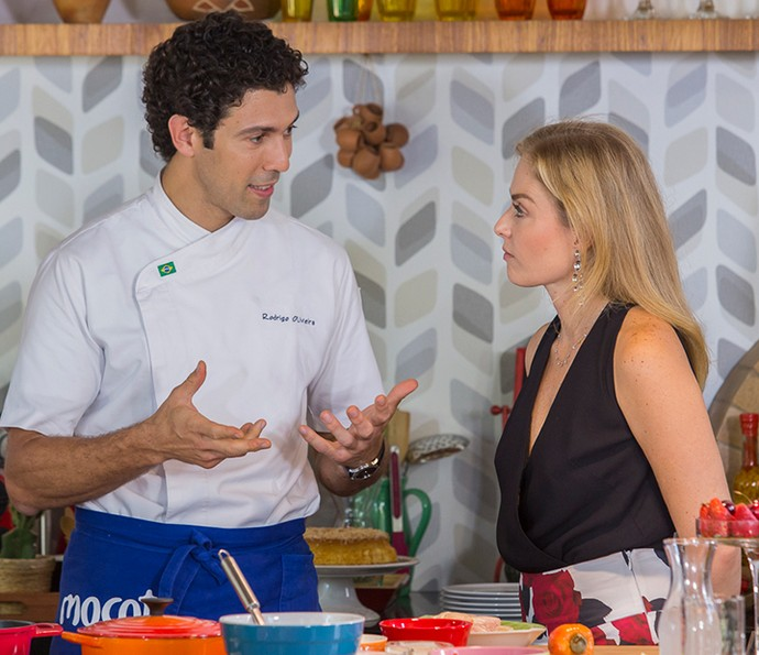 Chef Rodrigo Oliveira explica a receita para Angélica (Foto: Artur Meninea/Gshow)