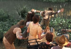 Zé empurra Romeu no lago da fazenda (Foto: TV Globo)